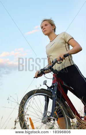 Mädchen Bike bei Sonnenuntergang