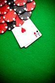 Постер, плакат: Черный и красный покер фишки на заднем плане