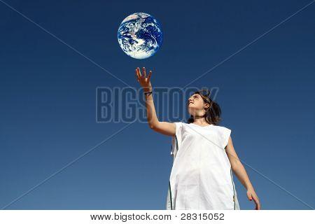 chica sosteniendo la tierra (protección del medio ambiente)