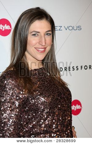 LOS ANGELES - 7 de novembro: Mayim Bialik chega a 3ª Fete de dar & Get anual no Holl do The London West