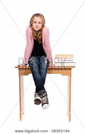 Sentado en el escritorio con libros de colegiala
