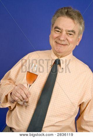 Ältere Mann, hält ein Glas Rosa Champagner