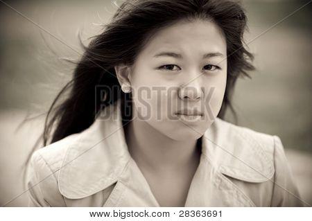 Chica asiática joven llorando. Lágrimas en su rostro