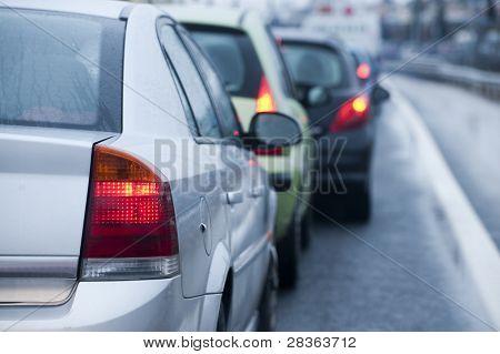 Engarrafamento na chuva causa de rodovia alagada.