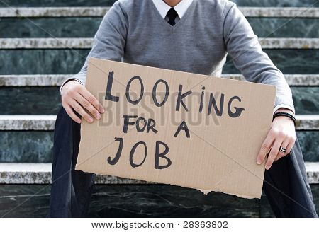 Jovem empresário segurando assinar olhando para um trabalho