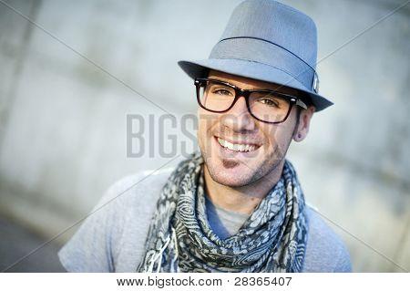 Jovem atraente, vestindo um chapéu