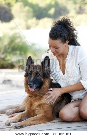 Junge happy Woman with ist belgische Malinois Hund.