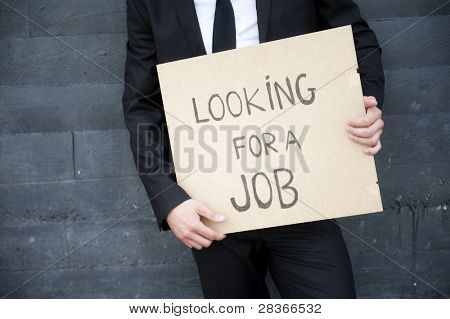 """Manos con cartel """"buscando trabajo"""""""