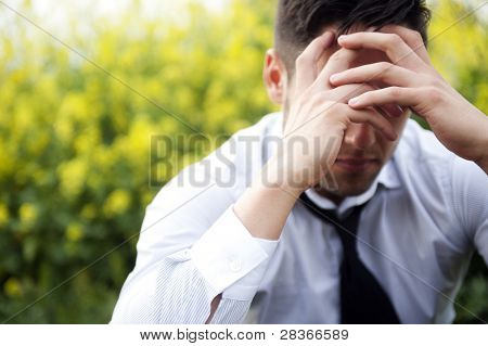 Empresario en depresión con las manos en la frente