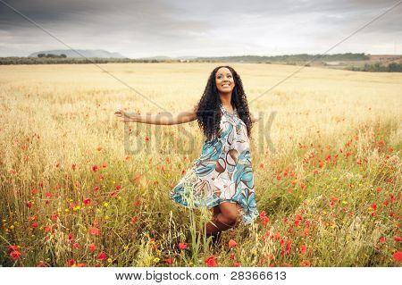 Joven africana saltar en campo