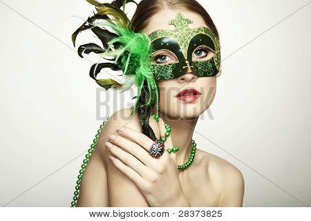 La bella joven en una máscara veneciana misteriosa verde