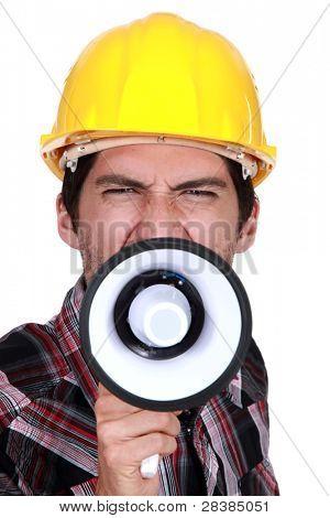 Um trabalhador da construção civil chamar uma greve.