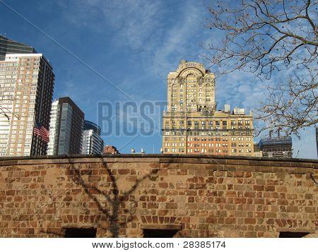 Whitehall Building gegen interessante blauer Himmel mit geschwollenen weißen Wolken