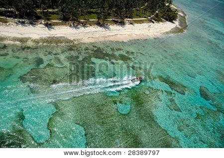 Schnellboot und Strand von oben im Helikopter getroffen