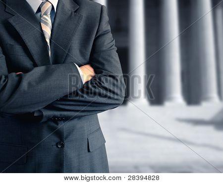 Mann am Gerichtsgebäude