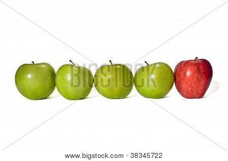 Maçã vermelha no final de maçãs verdes