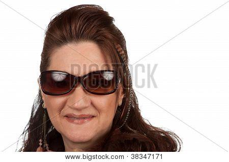 Mujer con gafas de sol de media edad