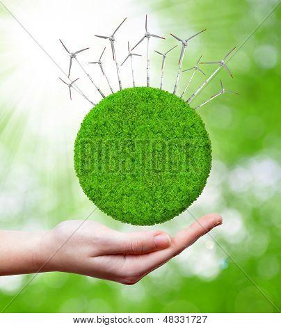 Planeta verde com turbinas de vento.Conceitos de energia verde