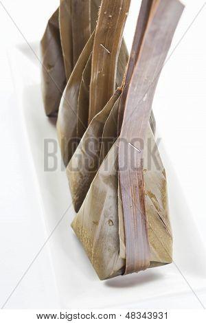 Harina al vapor con coco Relleno sobre plato blanco