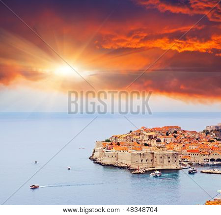 Majestuoso colorido atardecer en el casco antiguo de Dubrovnik, Croacia. Balcanes, mar Adriático, Europa. Belleza wo