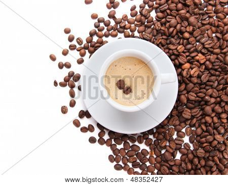 Tasse Kaffee mit Bohnen, isolated on white