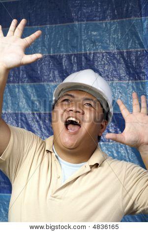 asiatische Engineer entsetzt zur Baustelle