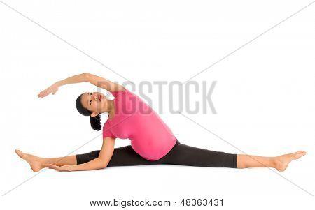 Yoga pré-natal. Comprimento total asiáticos grávida fazendo ginástica alongamento, corpo inteiro isolado na wh