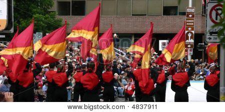 Mujeres jóvenes con banderas en desfile