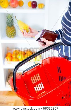 woman buying fruit in the market and paying with credit card