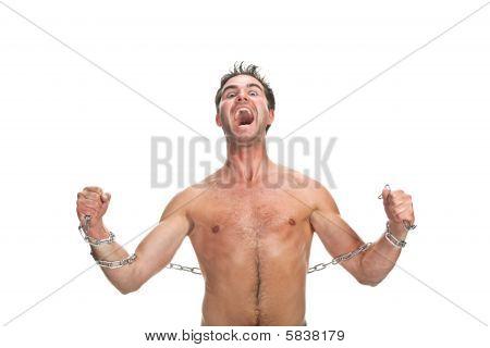 Hombre joven con una cadena aislada en blanco
