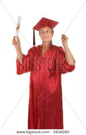 Senior mujer con vestido de la graduación con Diploma