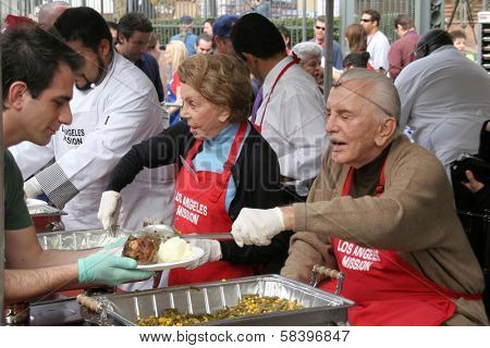 LOS ANGELES - NOVEMBER 22: Anne Douglas and Kirk Douglas at The Los Angeles Mission Thanksgiving Meal for the Homeless  November 22, 2006 in Los Angeles Mission, Los Angeles, CA.