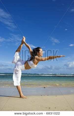 Woman doing Yoga am Strand