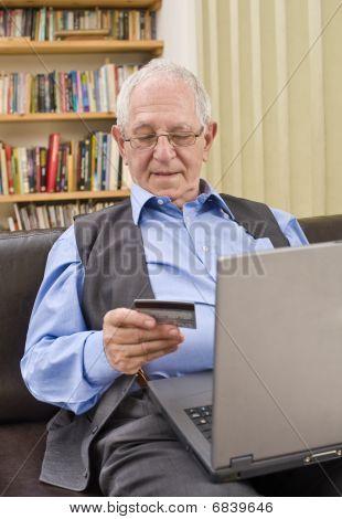 Sênior de compras on-line