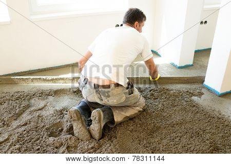 Manual worker leveling estrich plaster