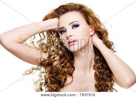 Hermosa mujer expresiva con pelo largo y rizado