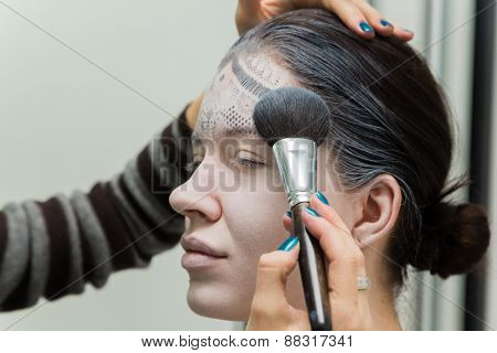Application of powder on the model's face
