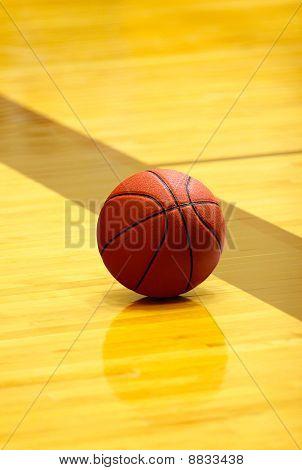 Bola de basquete na quadra