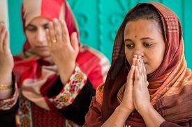 foto of muslim  - Muslim and Christian women praying together - JPG