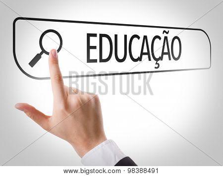 Education (in Portuguese) written in search bar on virtual screen