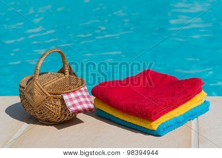 Towels and picnic at te swimming pool