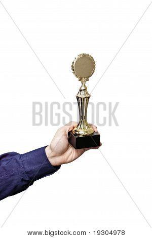 segurando um prêmio