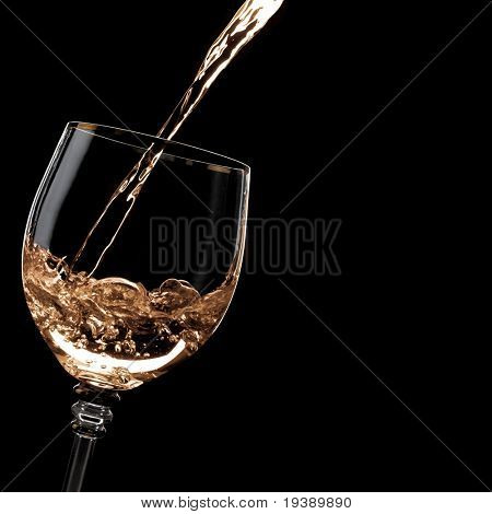 Beber alcohol se vierte en el vaso. Espacio en blanco a la derecha
