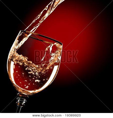Beber alcohol se vierte en el vaso