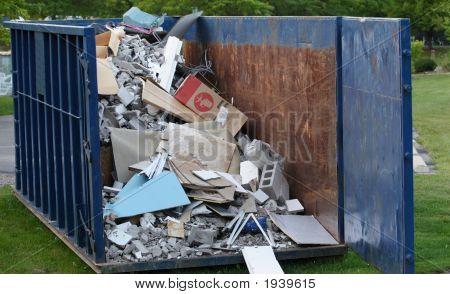 Contenedor con residuos de la construcción