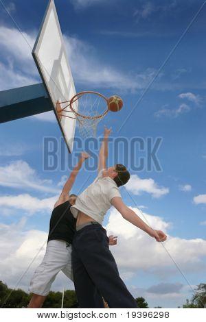 Adolescentes jogar basquete