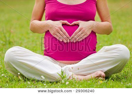 mujer embarazada relajante en el Parque