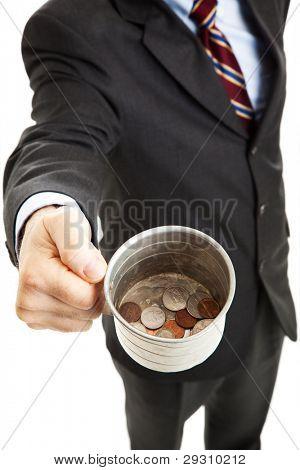 Empresario pidiendo el cambio en su taza de hojalata.  Fondo blanco.