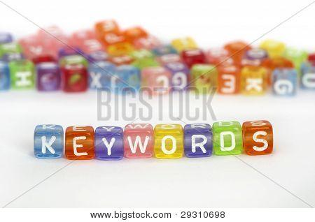 Palabras clave del texto en cubos de colores