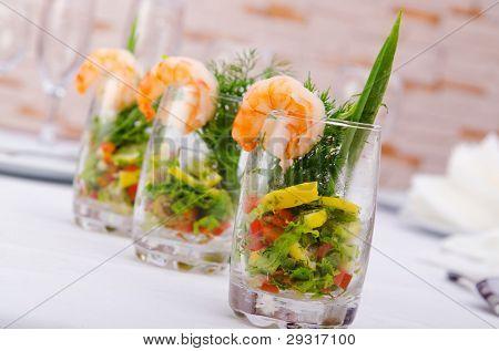 Garnelen Salat serviert mit Brille